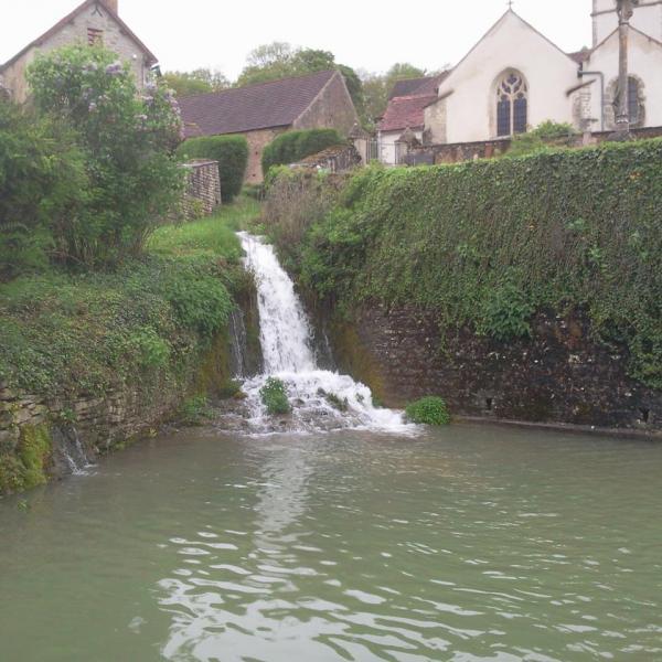 Le plan d'eau et la cascade
