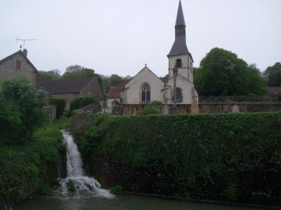 Eglise, cascade et plan d'eau
